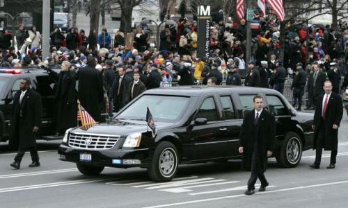 Cadillac DTS George W. Busha prawdopodobnie wytrzymałby zrzucenie z zapory Hoovera.