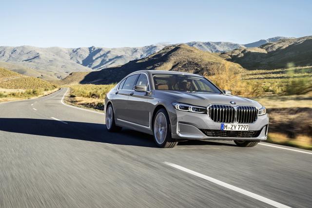 BMW Serii 7   Nowe BMW serii 7 oferowane jest w dwóch wariantach karoserii. Wersja przedłużona ma większy o 14 cm rozstaw osi i oferuje więcej miejsca na tylnych siedzeniach. Długość zewnętrzna tych luksusowych limuzyn wynosi teraz 5120 i 5260 mm, czyli zwiększyła się o 22 mm. Szerokość samochodu 1902 mm oraz wysokość 1467 mm (wersja przedłużona: + 479 mm) pozostały bez zmian.  Fot. BMW