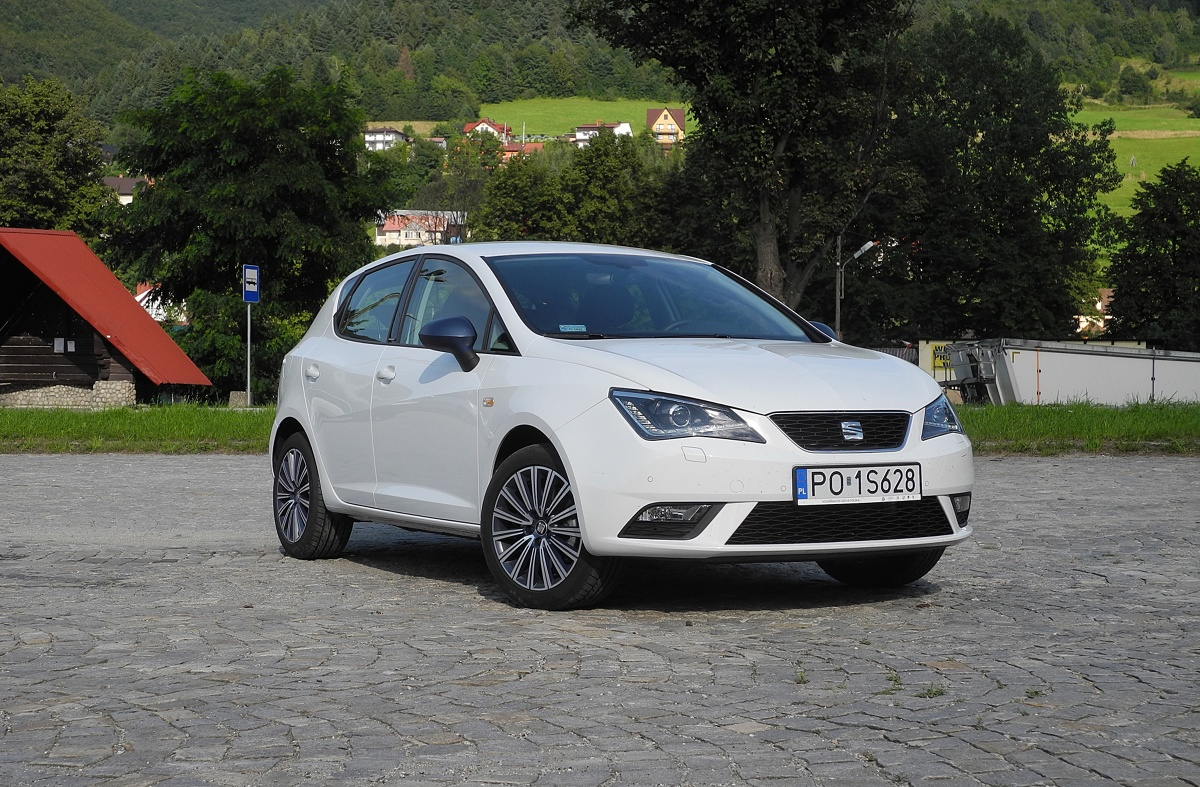 Seat Ibiza  Testowe auto napędzał trzycylindrowy benzynowy silnik o pojemności jednego litra i mocy 110 KM. To sporo, jak na taki samochód. Co więcej, dzięki skrzyni DSG auto przyspiesza od 0 do 100 km/h tylko o 0,1 sekundy wolniej niż taki sam model, ale z pięciobiegową skrzynią manualną.  Fot. Wojciech Frelichowski