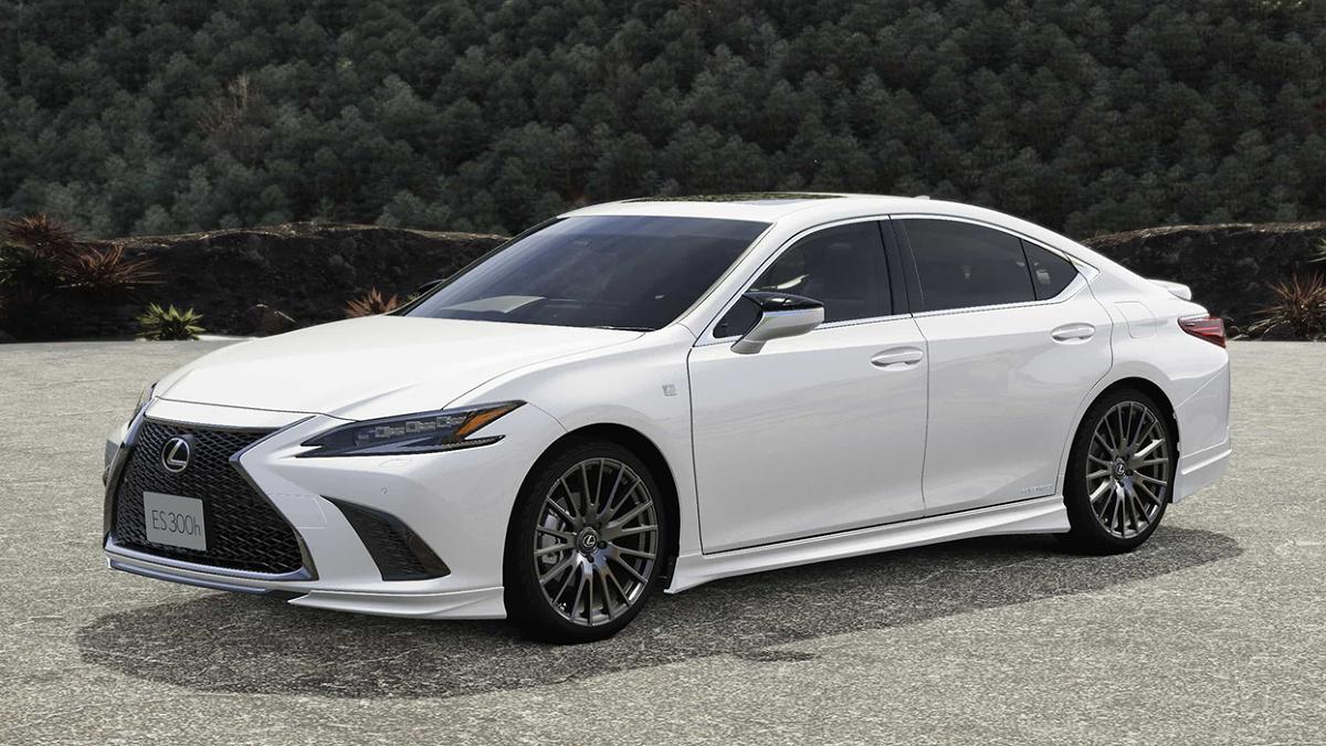 Lexus ES  Do katalogu japońskiego oddziału renomowanej firmy tuningowej TRD dołączył pakiet modyfikacji dla nowego Lexusa ES. Japońska limuzyna otrzymała szereg akcesoriów i części, takich jak spoilery, dyfuzor, tłumik końcowy czy większe felgi. Inżynierowie Toyota Racing Development nie przesadzili z ilością modyfikacji, dzięki czemu Lexus zachował swój elegancki charakter.   Fot. TRD