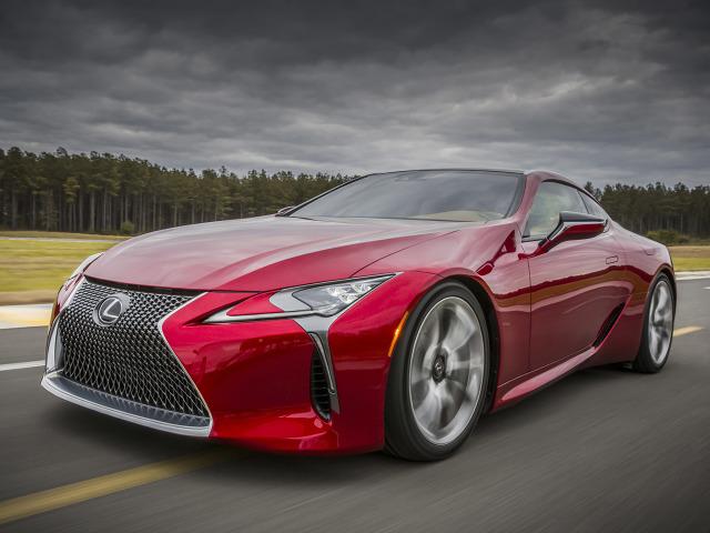 Lexus LC 500 napędzany jest znaną z aktualnych modeli serii F (GS F, RC F) pięciolitrowym, wolnossącym silnikiem V8 o mocy 477 KM z 10-biegową automatyczną skrzynią biegów, rozpędzającym coupe od 0 do 100 km/h w czasie krótszym od 4,5 sekundy / Fot. Lexus