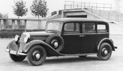 Fot. Mercedes-Benz: Pierwszy samochód osobowy z silnikiem wysokoprężnym Mercedes-Benz 260 D wyprodukowano w 1936 r. Napędzany był 4-cylindrowym silnikiem 2,6 l o mocy 45 KM.