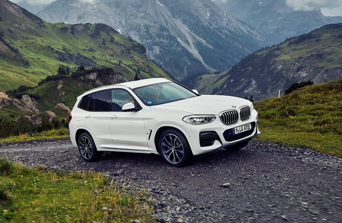 BMW. Model X3 w wersji hybrydowej  W standardowym ustawieniu Auto eDRIVE możliwa jest jazda na samym napędzie elektrycznym z prędkością do 110 km/h. Silnik spalinowy włącza się dopiero przy wyższych prędkościach lub mocniejszym wciśnięciu pedału jazdy.  Fot. BMW