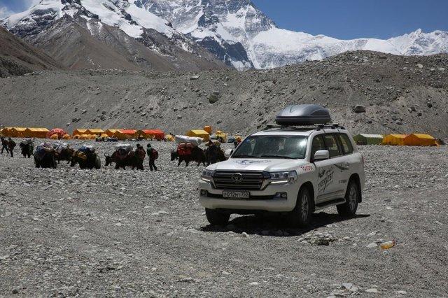 Wytrwałość Land Cruiserów nie tylko pomogła dotrzeć do góry, ale także poradzić sobie z aklimatyzacją zespołu. Uczestnicy, którzy wyjątkowo źle znosili chorobę wysokościową, byli zwożeni 50 km w dół, co oznaczało zmniejszenie wysokości o 1000 m. Po poprawie samopoczucia wracali do głównego obozu / Fot. Toyota