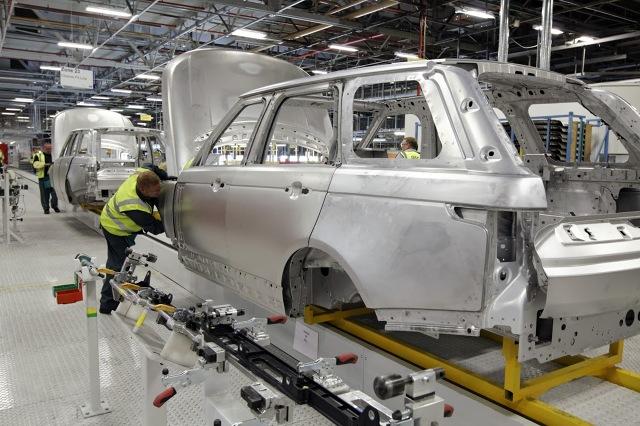 Od kilku lat w motoryzacji trwa ogólnoświatowa walka z nadwagą samochodów obciążonych wzmocnieniami, systemami bezpieczeństwa, czy coraz liczniejszym wyposażeniem dodatkowym. Na konstrukcji nadwozia można zaoszczędzić najwięcej kilogramów. Zastosowanie stopów aluminium w przemyśle motoryzacyjnym jest powszechne od wielu lat. Wykonuje się z nich m.in. felgi, głowice i bloki silników, a także elementy zawieszeń w droższych samochodach.  Fot. Range Rover