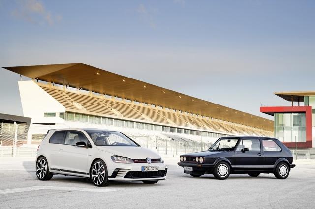Golf GTI Pirelli i Golf GTI Clubsport. Do spotkania tych dwóch legendarnych aut doszło po raz pierwszy. Obydwa są modelami jubileuszowymi, obydwa opatrzono magicznymi literami GTI i mają specjalne elementy wystroju wnętrza / Fot. Volkswagen