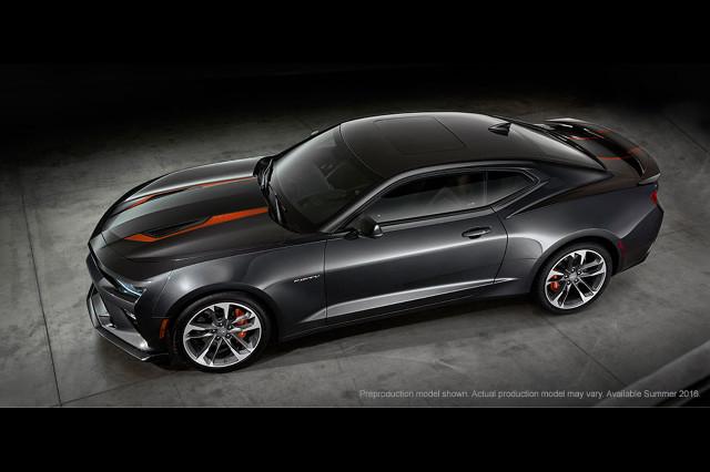 Chevrolet Camaro 50th Anniversary Edition   Na masce auta możemy zobaczyć ozdobne wstawki. Przeprojektowano przedni zderzak, osłonę chłodnicy oraz zdecydowano się na lakier metalizowany Nightfall.  Fot. Chevrolet