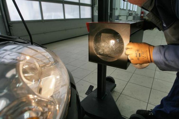 Dodatkowe Serwis reflektorów samochodowych - regulacja i regeneracja. Poradnik YX55