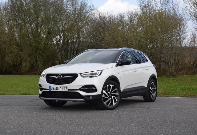 Opel Grandland X  Jednym z najważniejszych elementów wersji Ultimate jest 2-litrowy wysokoprężny silnik z turbodoładowaniem, który osiąga moc 177 KM. Jednostka jest standardowo skonfigurowana z nową, 8-stopniową automatyczną skrzynią biegów. Według danych fabrycznych silnik ten pozwala na przyspieszenie od 0 do 100 km/h w 9,1 sekundy i osiągnąć prędkość maksymalną 214 km/h. Średnie zużycie paliwa ma wynosić od 4,8 do 4,9 l na 100 km.  Fot. Wojciech Frelichowski