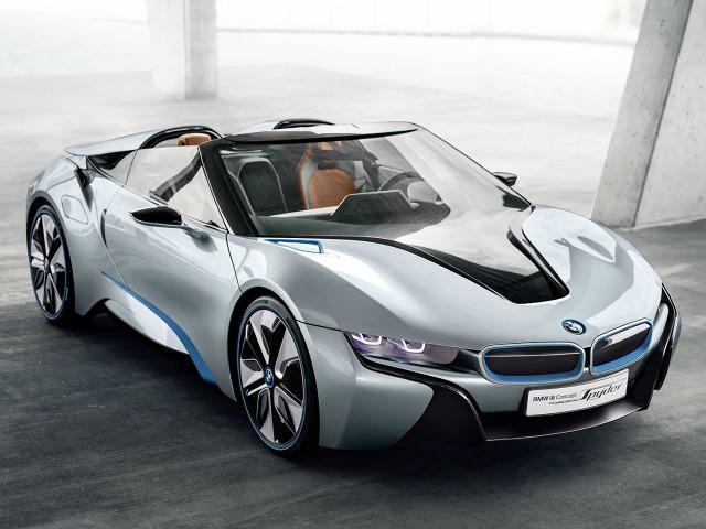 Napędem koncepcyjnego modelu Spyder zajmował się 3-cylindrowy silnik 1.5 TwinPower, dostarczający 231 KM mocy i 320 Nm momentu obrotowego. Wsparcie, zapewniane przez jednostkę elektryczną sprawiło, że całkowita moc auta wyniosła 362 KM. Dzięki temu pozbawiony dachu model BMW i8 rozpędzał się od 0 do 100 km/h w 5 sekund / Fot. BMW