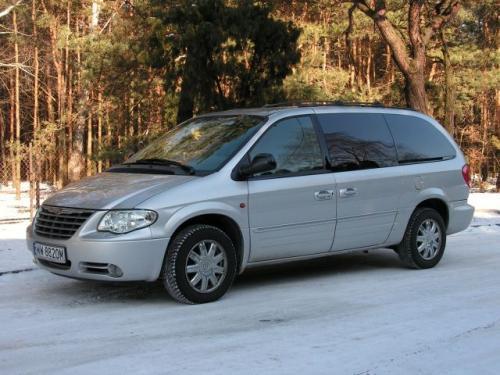 Fot. R. Polit: Chrysler Grand Voyager oferowany jest w wersji 6- lub 7-osobowej (2 +2+3). Ma długość 510 cm i napęd na przednie koła.