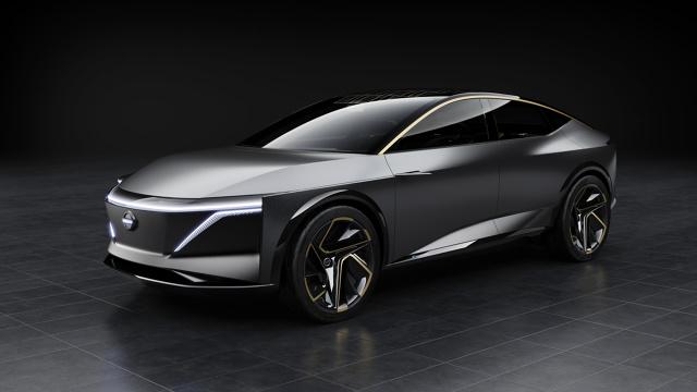 Nissan IMs  Napęd elektryczny modelu IMs obejmuje szybko ładujący się akumulator o pojemności 115 kWh oraz dwa silniki elektryczne (z przodu i z tyłu), generujące łącznie 483 KM mocy (360 kW) i moment obrotowy wynoszący 800 Nm. Zasięg wynoszący około 611 km na jednym ładowaniu sprawia, że IMs nie różni się pod tym względem od swoich zasilanych paliwem odpowiedników.  Fot. Nissan