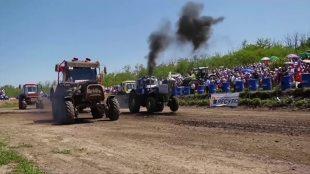 Rosja. Wyścigi traktorów zyskują na popularności (video)
