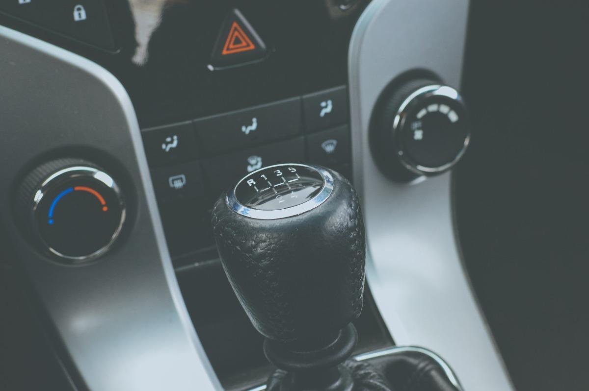 """Polacy masowo kupują samochody używane, ale mają ograniczone zaufanie do sprzedających. Opisy aut w ogłoszeniach są zdaniem kupujących """"podrasowane"""", bo rzeczywisty stan techniczny pojazdów jest zwykle gorszy. Zakup auta używanego jest czasochłonny i wiąże się z nieprzewidzianymi wydatkami. Problem rozwiązałoby wprowadzenie obowiązku publikowania w ogłoszeniu pełnej, rzetelnej i niepodważalnej informacji o stanie technicznym pojazdu   Fot. Pixabay.com"""