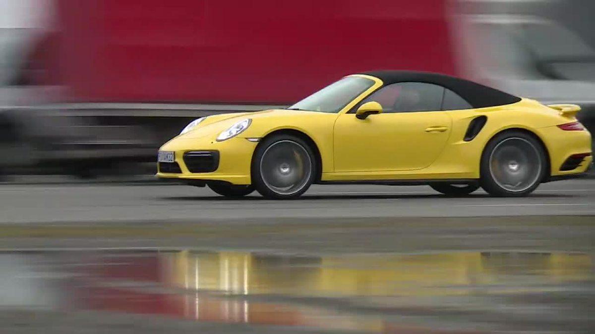 Porsche 911 turbo S   Kabriolet jest cięższy od wersji coupe o 70 kg - w sumie waży 1670 kg.   Fot.  TVN Turbo / x-news