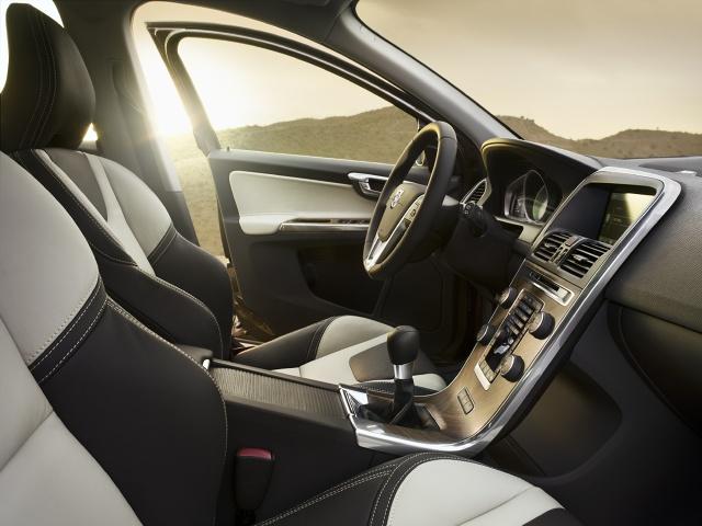 Wnętrze nowego XC60: widoczny dotykowy ekran Sensus Connected Touch. Reaguje na dotyk także wtedy, gdy mamy ubrane rękawiczki. Nowa gałka skrzyni biegów i wzór drewna na panelu środkowym. Fot: Volvo