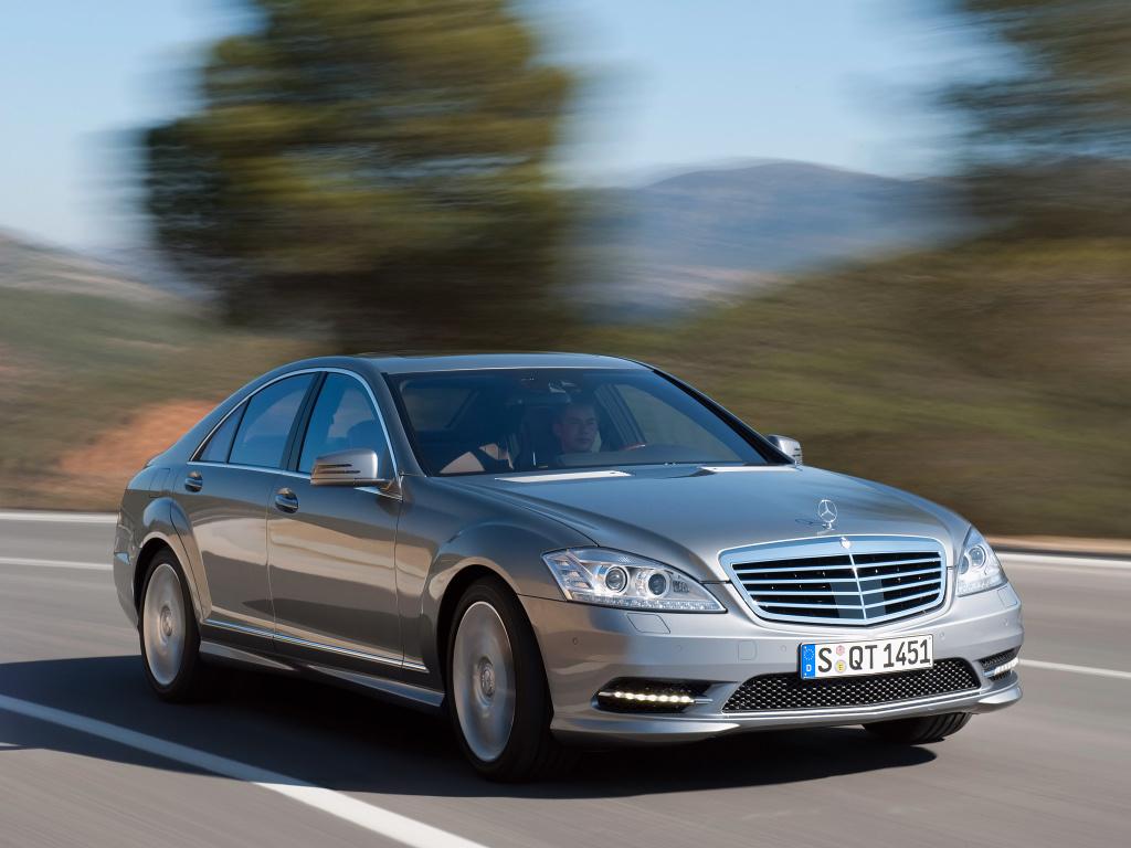 """Klasa S od zawsze była ucieleśnieniem prestiżu i luksusu. Przez wiele lat - także trwałości, chociaż przez generację W220 reputacja niemieckiej limuzyny została nieco nadszarpnięta. W Motofaktach prześwietlamy następcę nieszczęsnej """"dwieściedwudziestki"""" i sprawdzamy jak W221 sprawuje się po latach.  Fot. materiały producenta"""