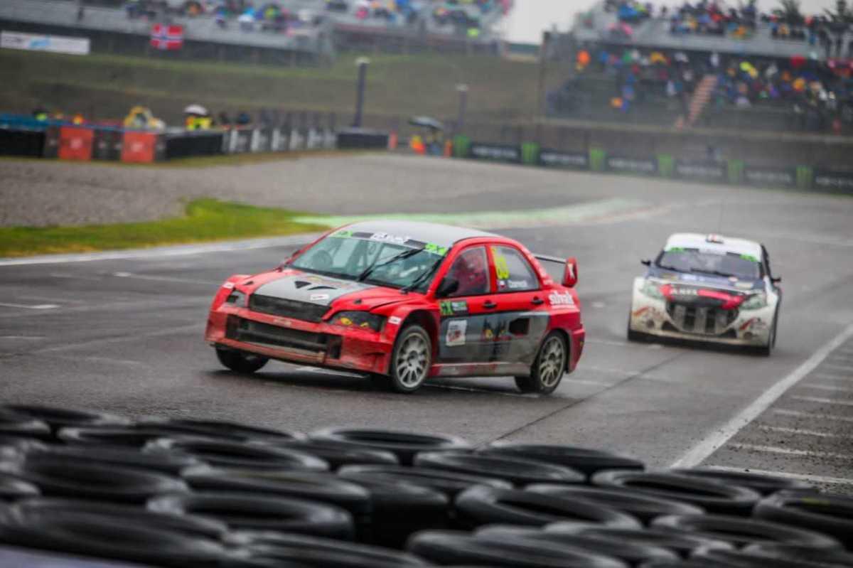 Po krótkiej przygodzie z Citroenem Saxo, jeden z naszych najlepszych zawodników w rallycrossie, Robert Czarnecki, wraca za kierownicę Mitsubishi Lancera, a tym samych do kategorii najszybszych samochodów – SuperCars.  Fot. materiały prasowe