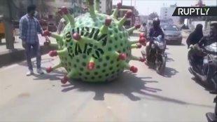 Walka z pandemią COVID-19. Koronawirusowy samochód jeździ po ulicach (video)