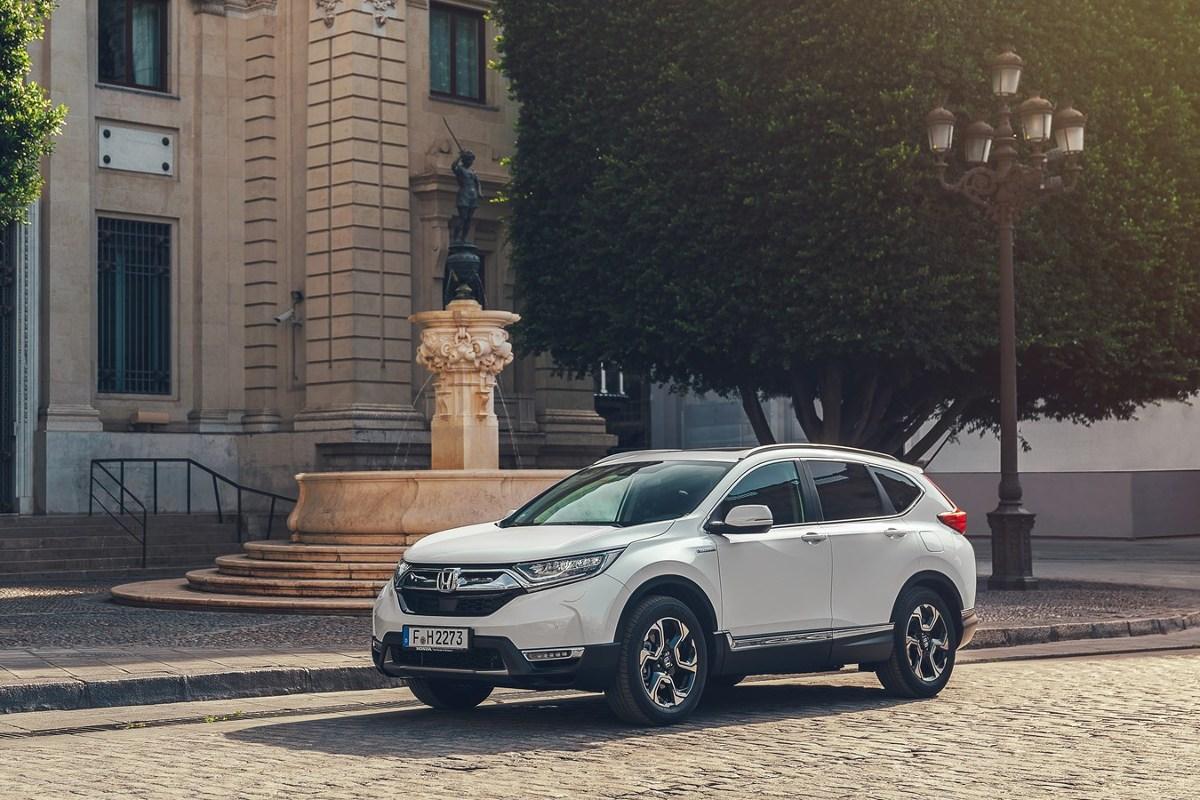 Honda CR-V Hybrid   Narzędziem poprawiającym ekonomię jazdy CR-V Hybrid jest także 'ECO Guide'. To wskazówki sugerujące bardziej wydajne techniki jazdy. Prowadzący może porównywać swoją chwilową efektywność z wynikiem określonego cyklu jazdy, a wyświetlanych punktów-liści przybywa lub ubywa, w zależności od osiąganego przez kierowcę zużycia paliwa.  Fot. Honda