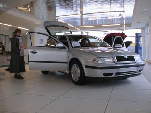 Fot. Krzysztof Szymczak: Pustki w salonach dilerów to doskonały moment, by negocjować obniżenie ceny nowego auta.