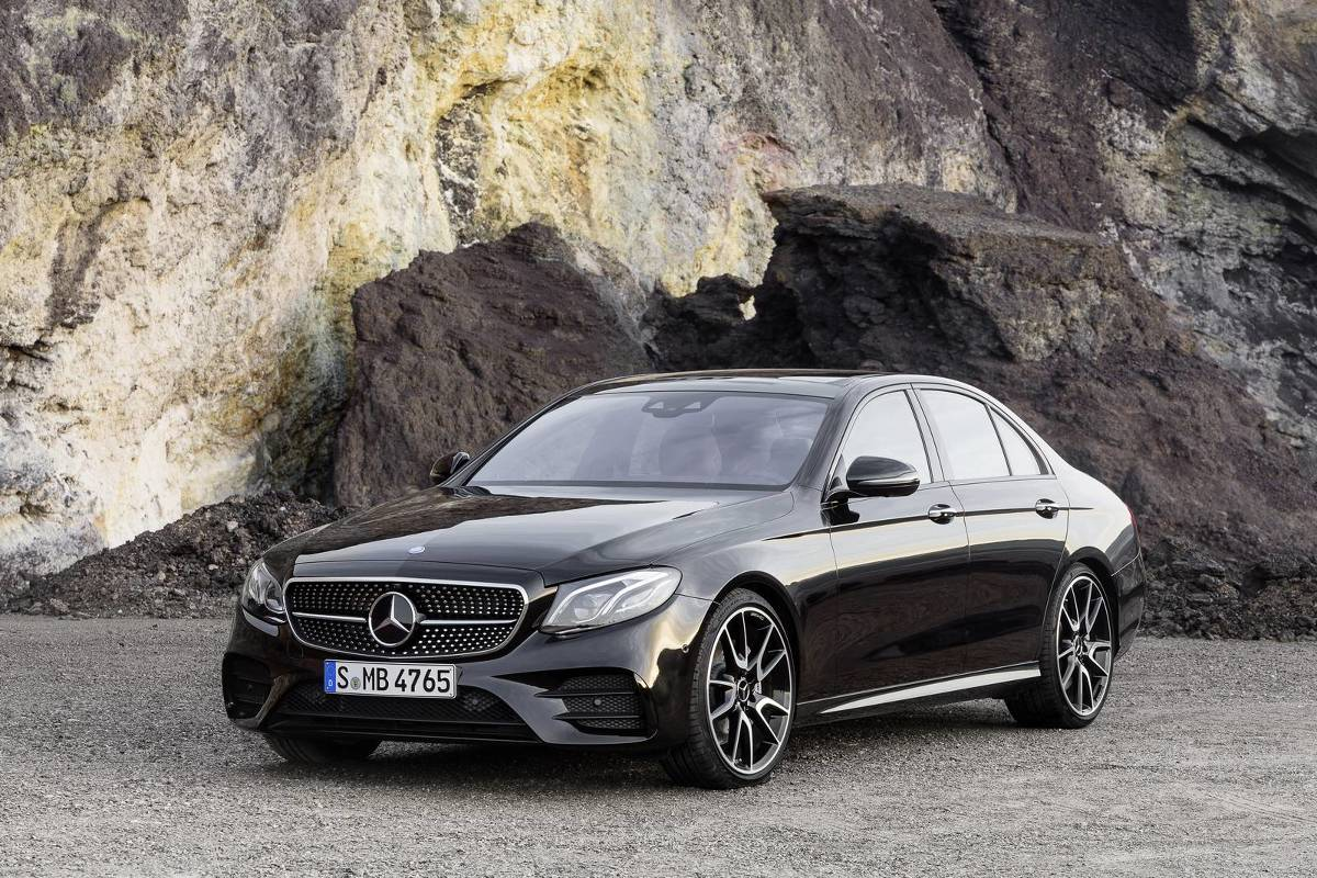 Mercedes-AMG E 43 4MATIC  Sercem Mercedesa-AMG E 43 4MATIC jest benzynowa jednostka V6 o pojemności 3.0 l. Podwójnie doładowany silnik dostarcza 401 KM mocy oraz 520 Nm, co pozwala na przyspieszenie do 100 km/h w 4,6 s.   Fot. Mercedes-Benz