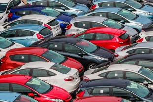 Sprzedaż samochodów. Osobowe w dół, dostawcze w górę