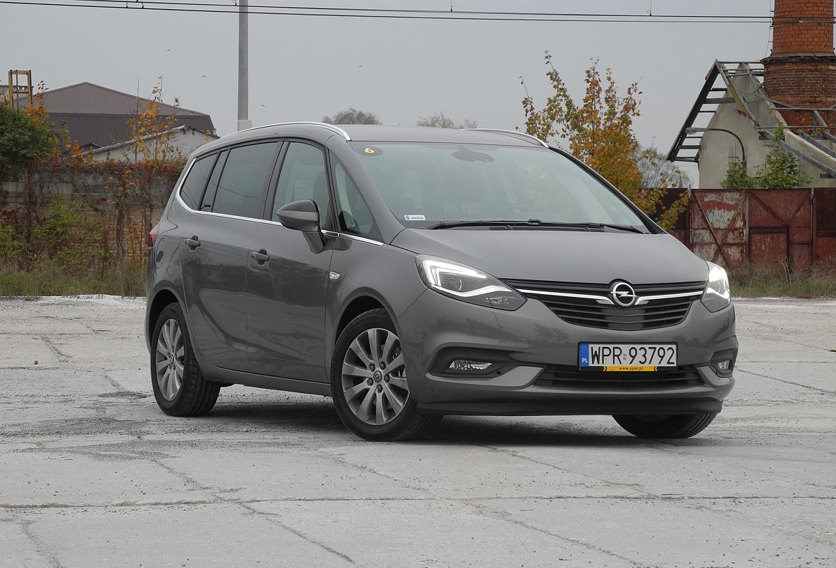 Opel Zafira   W porównaniu do poprzednika zmian jest sporo - zewnętrznych, w kabinie, jak i pod względem techniki. Cena najtańszej wersji rozpoczyna się od kwoty 79 950 zł.  Fot. Wojciech Frelichowski