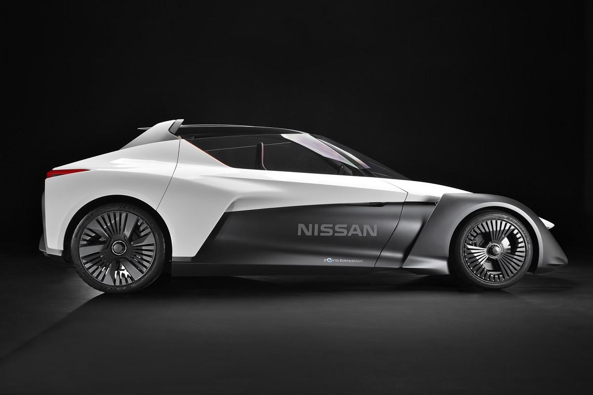 Nissan BladeGlider  Uwagę zwracają m.in. osadzone na zawiasach przy tylnym słupku i otwierane do góry drzwi z wysoko poprowadzoną krawędzią szyb. Otwarty dach Nissana BladeGlider jest wzmocniony zintegrowaną konstrukcją zabezpieczającą przedział pasażerski w przypadku wywrócenia się pojazdu.  Fot. Nissan
