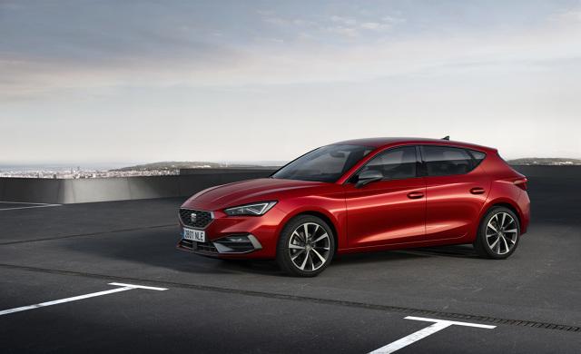 Seat Leon  Kierowcy mogą wybrać spośród wielu dostępnych silników spalinowych – turbodoładowanych, z bezpośrednim wtryskiem, o mocy od 66 kW/90 KM do 140 kW/190 KM. Po raz pierwszy oferta obejmuje 1-litrowe trzycylindrowe silniki TSI (66 kW/90 KM i 81 kw/110 KM) oraz większe 1,5-litrowe jednostki (96 kW/130 KM i 110 kW/150 KM). Dla najbardziej wymagających dostępny jest 2,0-litrowy silnik TSI o mocy 140 kW/190 KM połączony ze skrzynią biegów z podwójnym sprzęgłem.  Fot. Seat