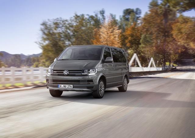 Nowy Multivan PanAmericana łączy komfort jaki zapewnia nadwozie Multivana z terenowymi możliwościami samochodu typu SUV. Samochód pokazany kilka miesięcy temu podczas wystawy IAA we Frankfurcie jako model koncepcyjny, teraz pojawił się w wersji produkcyjnej – oto Bulli dla indywidualistów. Fot. Volkswagen