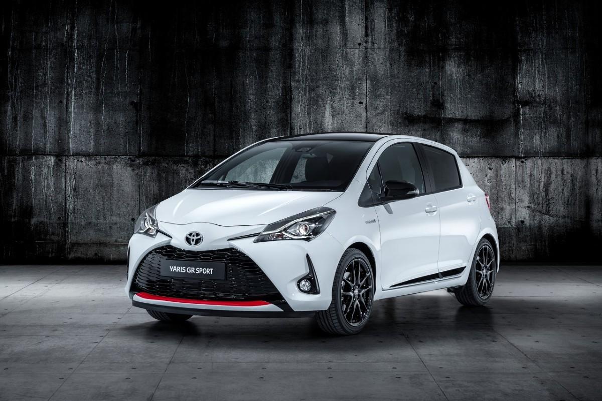 Toyota Yaris GR Sport  Yaris GR Sport ma obniżone zawieszenie o sportowej charakterystyce z amortyzatorami Sachs Performance, które poprawia jakość prowadzenia i szybkość reakcji. Auto otrzymało także 17-calowe aluminiowe koła z oponami Bridgestone Potenza RE50 205/45 R17.   Fot. Toyota