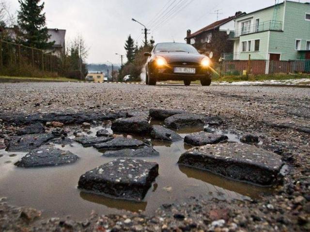Załatają dziury na ul. Świerkowej, żeby kierowcy nie urwali kół