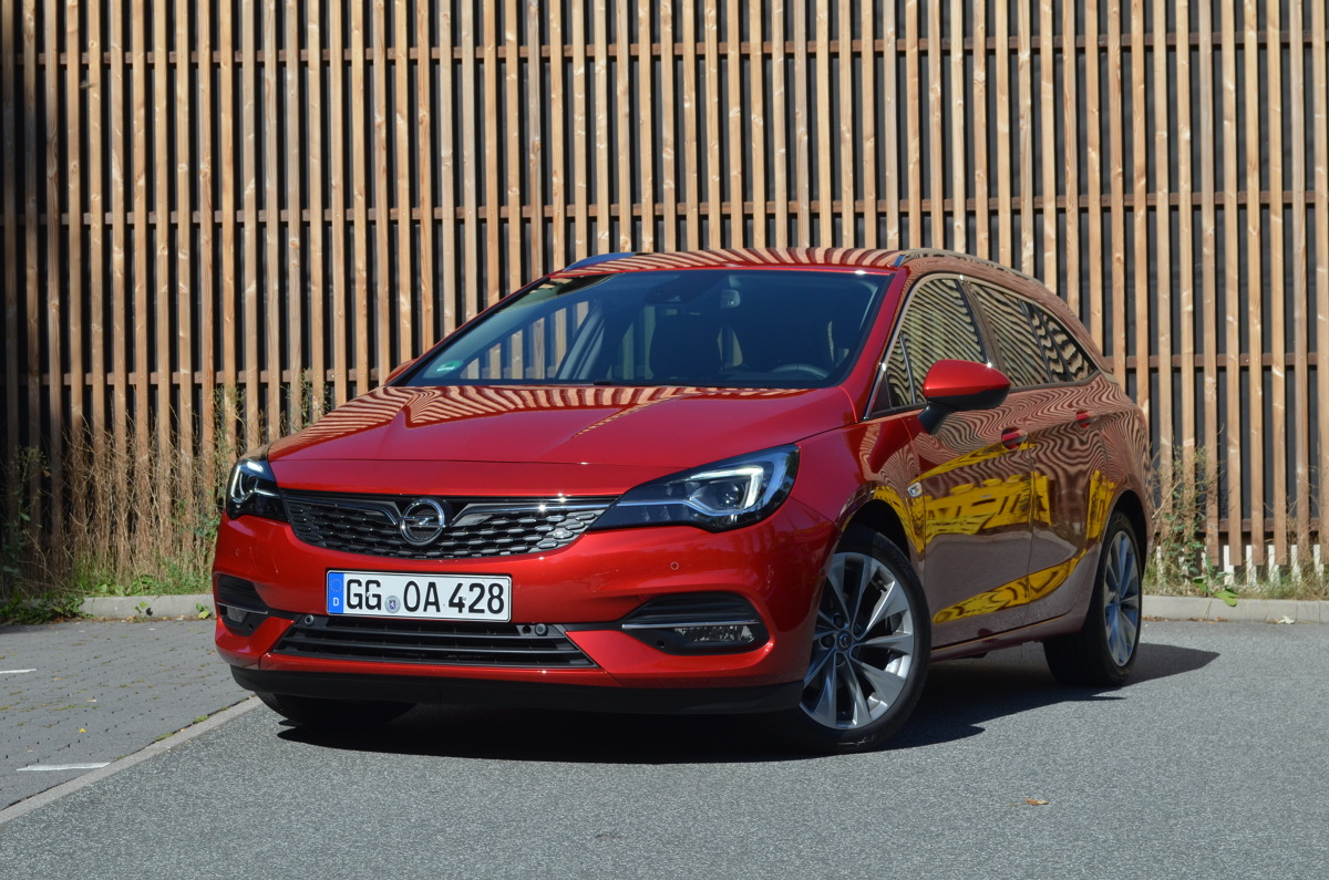 Na zewnątrz Opel zmienił się nieznacznie, największą różnicą jest przedni zderzak. Firma zachwala niski współczynnik oporu czołowego obu wersji nadwoziowych: hatchbacka i kombi Sports Tourer. Wynosi on 0,26.   Fot. Michał Kij
