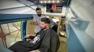Fryzjer w samochodzie? Przerobił dostawczaka na... mobilny salon fryzjerski (video)