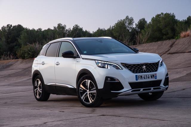 Peugeot 3008 Hybrid4.   Znajdująca się na jego pokładzie bateria ma pojemność 13,2 kWh. Jeśli jest naładowana do pełna wówczas można wyłącznie w trybie elektrycznym przejechać ok. 50 kilometrów. W ruchu miejskim, gdzie przy okazji częstych hamowań i wynikających z tego rekuperacji dystans ten można o kilka kilometrów wydłużyć.  Fot. Peugeot
