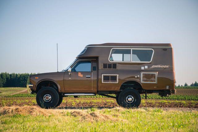 Kamper zbudowany na terenówce to marzenie wielu podróżników. Nie musi być nowy – wystarczy funkcjonalna aranżacja części mieszkalnej opartej na samochodzie, który poradzi sobie w każdym terenie. Takie auto zostało niedawno sprzedane na portalu aukcyjnym bringatrailer.com. Toyota Chinook 4×4 z 1991 to zmodyfikowany Hilux z 1978 roku, którą firma OttoEx z Oregonu sprzedała za 49 000 dolarów.  Fot. OttoEx