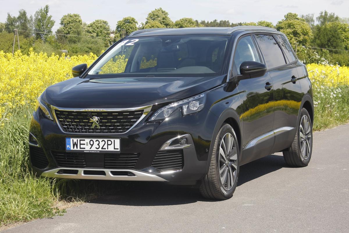 Peugeot 5008  Czy 5008 może mieć tak dobre rokowania jak 3008? Trudno powiedzieć. Co prawda pierwsze jazdy pokazały, że to udany samochód, ale z racji większych gabarytów ma wyższą cenę a trafia w segmencie na tych samych rywali co 3008 – nieco mniejszych za to znacząco tańszych. Tak przynajmniej wygląda to u nas, w Europie dostępna jest przecież tańsza, pięcioosobowa odmiana 5008.  Fot. Dariusz Dobosz