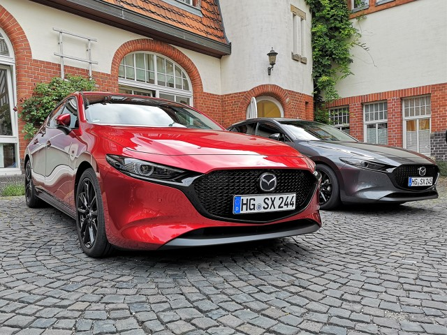 Co prawda Mazda CX-30 zadebiutowała jakiś czas temu i miała swoją oficjalną polską prezentację w Warszawie w drugiej połowie czerwca, tym niemniej japoński producent postanowił zaprezentować nowego crossovera dziennikarzom z całej Europy, dając przy okazji do spróbowania nowe danie w silnikowym menu – potencjalnie rewolucyjną jednostkę Skyactiv-X. Jak to działa w praktyce i czy faktycznie jest to rewolucja?   Fot. Kamil Rogala
