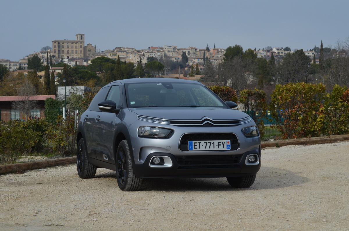 """Citroën C4 Cactus - test  Jako konkurentów dla Cactusa polski importer wymienia Skodę Rapid i Fiata Tipo, a także skromniejsze wersje Renault Mégane. Zmodernizowany Cactus stracił """"nagumowane"""" drzwi z panelami Airbump i nawiązuje wyglądem do innych modeli Citroëna. Konstruktorzy położyli nacisk na komfort. Dzięki nowemu zawieszeniu Cactus ma być jak latający dywan – żadnych wstrząsów.  Fot. Michał Kij"""