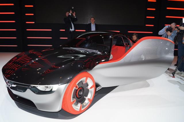 Opel GT  Na inaugurację targów motoryzacyjnych w Genewie Opel zaprezentował model GT Concept. Pojazd imponuje futurystycznym kształtem, futurystycznymi felgami i innowacyjnym wydechem. Wersja GT ma być swego rodzaju zapowiedzą przyszłej linii produkcyjnej niemieckiego koncernu / Fot. Tomasz Szmandra