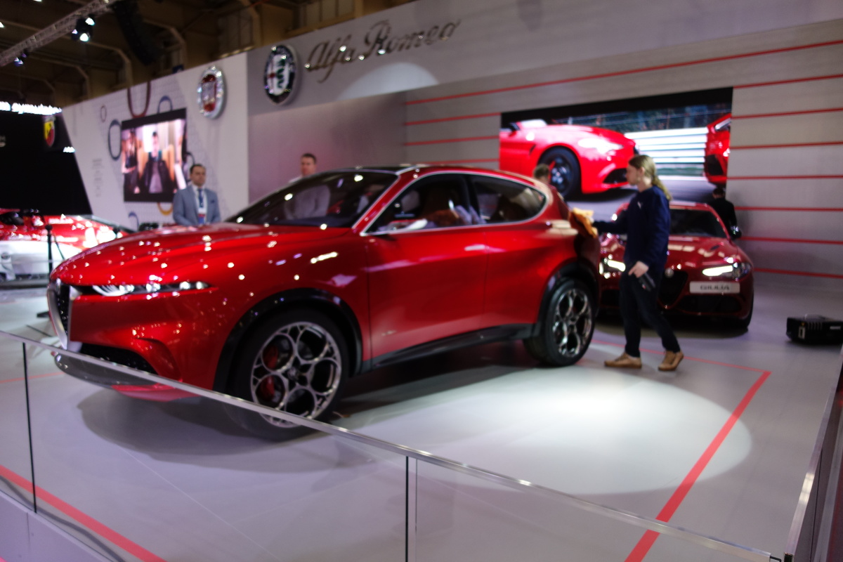 Na targach w Poznaniu  debiutuje samochód koncepcyjny Alfy Romeo. To średniej wielkości hybrydowy SUV plug-in.  Fot. Ryszard M. Perczak