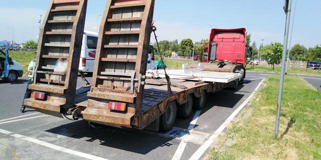 Nieoznakowany odpowiednio i zbyt szeroki pojazd stwarzał poważne zagrożenie w ruchu drogowym na terenie Gniezna. Przewożona stalowa konstrukcja znacznie wystawała poza lawetę. Podczas kontroli przeprowadzonej przez wielkopolskich inspektorów Inspekcji Transportu Drogowego okazało się, że nieprawidłowości jest więcej, efektem tego było wydanie zakazu dalszej jazdy.   Fot. GITD