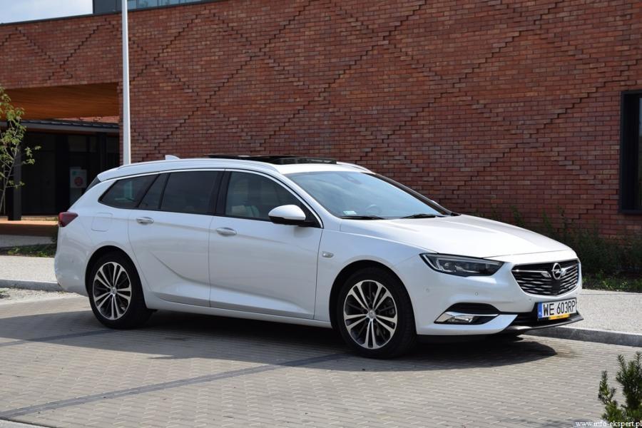 Opel Insignia Sports Tourer 2.0 CDTI AT8 Elite  Duże kombi, jakim jest Insignia Sports Tourer, jest nie tylko bardzo funkcjonalne ale także znakomicie sprawdzi się jako auto rodzinne. Druga generacja modelu w odmianie Sports Tourer dostępna jest już od kwoty 105 000 złotych. Cena ta dotyczy pojazdu napędzanego silnikiem benzynowym 1.5 Turbo 140KM w wersji wyposażenia Enjoy. Prezentowany pojazd to już jednak zdecydowanie większy koszt zakupu, przekraczający kwotę 170 000 złotych.   Fot. Robert Kulczyk – Info-Ekspert