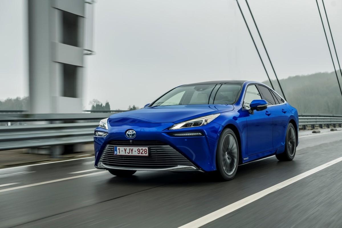 Toyota Mirai   Toyota rozpoczyna przedsprzedaż wodorowego sedana Mirai – limuzyny klasy premium o bezemisyjnym napędzie, który oczyszcza powietrze. Auto jest dostępne w dwóch wersjach wyposażenia, które odzwierciedlają jego luksusowy charakter. Ceny Toyoty Mirai zaczynają się od 299 900 zł.  Fot. Toyota