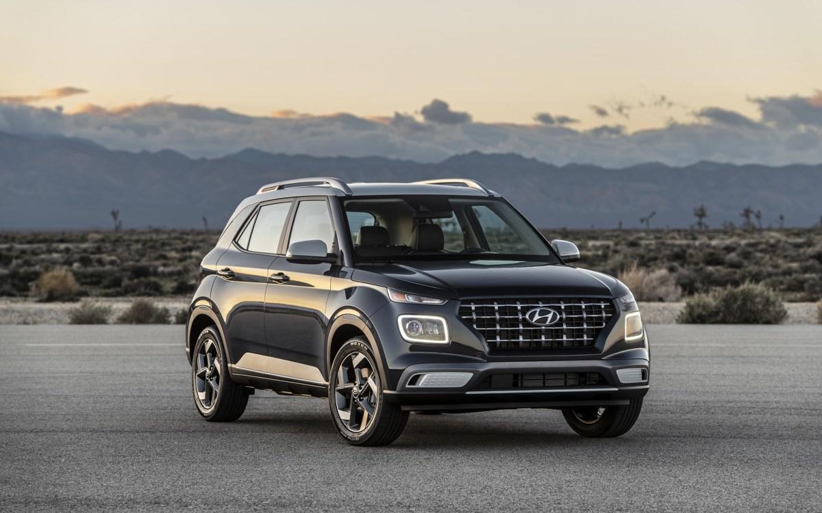 Hyundai Venue   Uwagę zwraca kaskadowy grill auta oraz podwójne reflektory, składające się ze świateł LED do jazdy dziennej, zamontowane nad reflektorami głównymi. Podobny układ świateł można znaleźć w innych SUV-ach Hyundai: Kona, Santa Fe i Nexo.  Fot. Hyundai