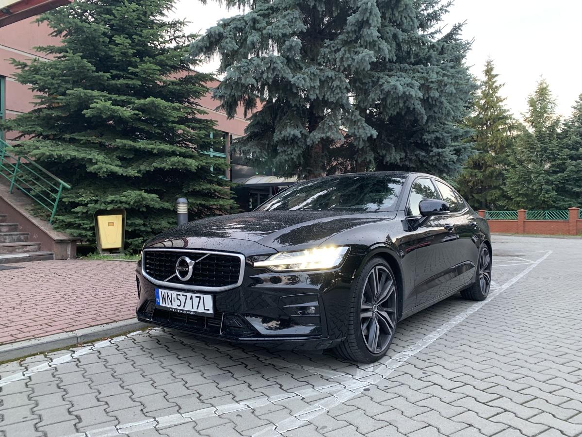 Volvo S60  W naszym teście Volvo S60 w wersji R-Design z silnikiem T5 2.0 o mocy 250 KM z 8-biegową, automatyczną skrzynią biegów Geartronic. Auto mierzy 4.761 m długości, do 100 km/h rozpędza się w 6.5 sekundy i osiąga prędkość maksymalną 240 km/h. W prezentowanej wersji kosztuje od 178 650 zł.  Fot. Marcin Rejmer