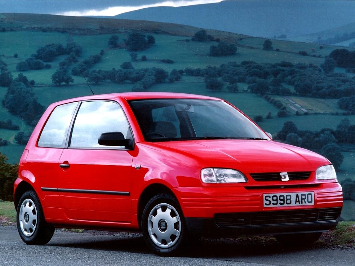 Koncern Volkswagena zdecydował się wprowadzić na rynek samochód mniejszy od Polo na początku 1997 r. Wtedy zadebiutował Seat Arosa, bliźniaczy VW Lupo został zaprezentowany w 1998 r. Oba auta zostały zbudowane na skróconej płycie połogowej modelu Polo.   Seat Arosa (1997 - 2000) / Fot. Seat