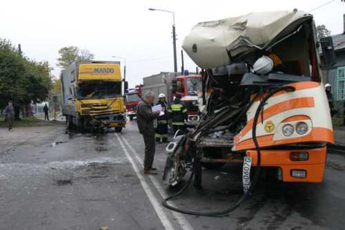 Takie m.in. wypadki są skutkiem zasypiania kierowców TIR-ów podczas jazdy