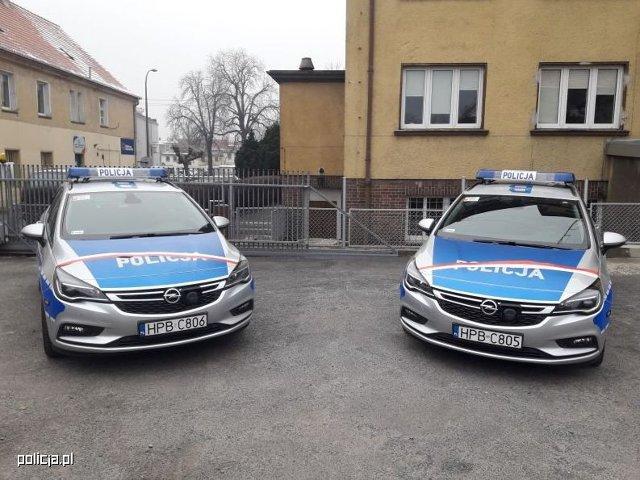 Nowe radiowozy zasiliły flotę pojazdów Komend Powiatowych Policji w Oławie i w Jaworze. Symbolicznego przekazania pięciu kluczyków do samochodów na ręce policjantów dokonali samorządowcy współfinansujący zakup. Wszystkie nowe radiowozy już rozpoczęły policyjną służbę.  Fot. Policja.pl